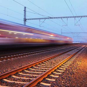 Train entrain de passer sur chemins de fer